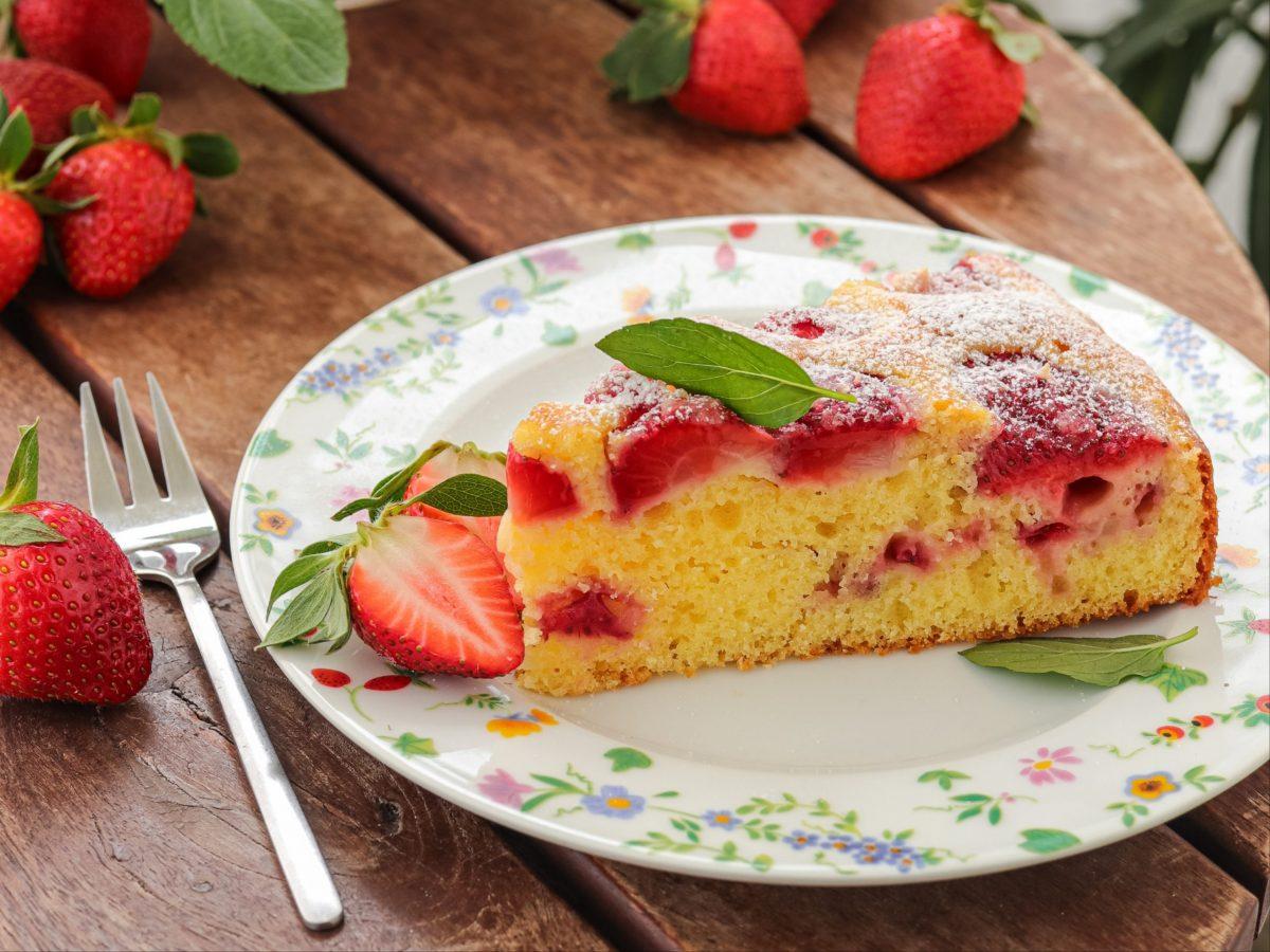 Sočni kolač s jagodama i jogurtom